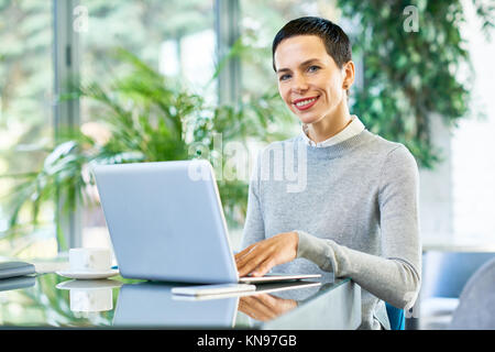 La Businesswoman Working in Office Banque D'Images