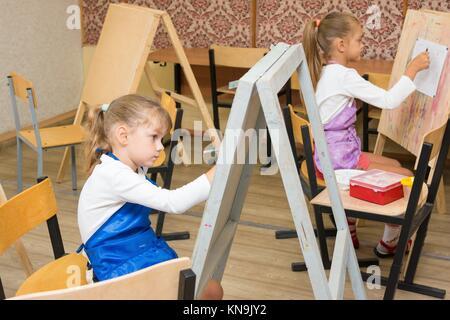 Deux jeunes filles à un cours de dessin peinture sur chevalets. Banque D'Images