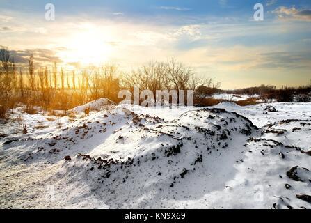 Campagne en hiver à la lever du soleil lumineux. Banque D'Images