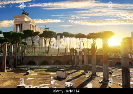 Forum Traiani et Vittoriano à Rome au coucher du soleil, de l'Italie. Banque D'Images