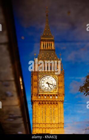 Big Ben Clock Tower réflexion eau flaque à Londres en Angleterre. Banque D'Images