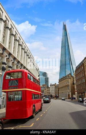Le Shard et vieux bus rouge de Londres en Angleterre. Banque D'Images