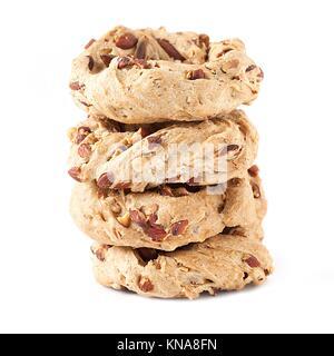Pile de cookies napolitain appelé taralli, isolé sur fond blanc. Taralli sont typiques des bagels réalisés à Naples avec le saindoux, les amandes, la farine et