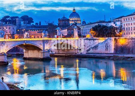 Vatican Dome Tibre pont Ponte Vittorio Emanuele III Rome Italie. Pont construit en 1886 près de la Cité du Vatican. Banque D'Images