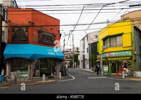 Tokyo, Japon - 11 mai 2017: magasins colorés dans un coin de la rue dans le quartier,. Banque D'Images