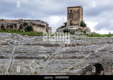 Ruines du théâtre grec du 5ème siècle avant J.-C. dans le parc archéologique de Neapolis, la ville de Syracuse en Banque D'Images