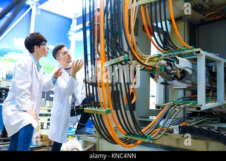 Les chercheurs au centre d'usinage, de l'industrie, de la recherche et de l'innovation de Tecnalia Technology and Banque D'Images