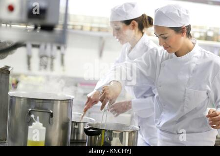 Chefs, cuisiniers dans l'école de cuisine, école de cuisine, Donostia, San Sebastian, Gipuzkoa, Pays Basque, Espagne, Europe Banque D'Images
