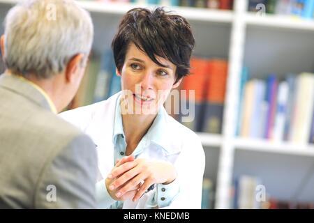 Doctor with patient, Hôpital, Donostia, San Sebastian, Gipuzkoa, Pays Basque, Espagne Banque D'Images