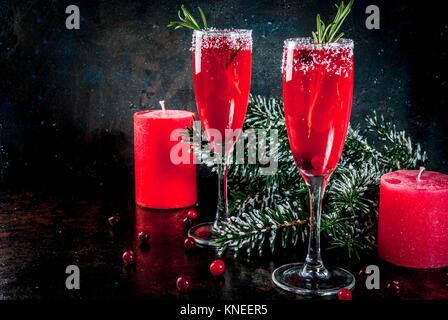 Matin de Noël canneberge rouge mimosa au romarin, fond sombre copie espace avec des décorations de Noël Banque D'Images