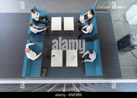 Les apprentis en génie en réunion dans l'ingénierie ferroviaire mondial Banque D'Images