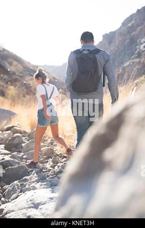 Vue arrière du jeune couple randonnées randonnées sur des rochers dans la vallée, Las Palmas, Canaries, Espagne Banque D'Images