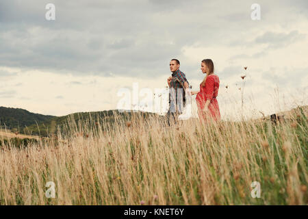 Enceinte Mid adult couple holding hands tout en flânant dans hillside Banque D'Images