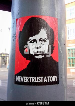 Anti-Tory partie autocollant. Theresa Mai / Margaret Thatcher composite image vu dans l'Est de Londres, Royaume Banque D'Images