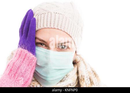 Bien woman holding sa tête parce que le virus de la grippe de l'hiver et le port de bonnet et écharpe en tricot Banque D'Images