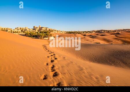 Empreintes de pas sur le sable du désert à Abu Dhabi. Banque D'Images
