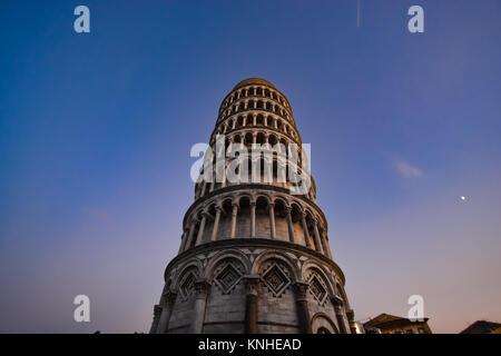 La tour penchée de Pise, en Italie dans la piazza del Duomo, dans la région de Toscane à la nuit tombante Banque D'Images
