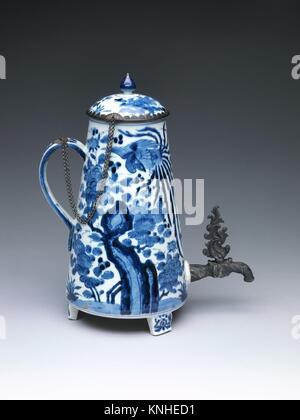 Pot de café. Date: 1650-75; Culture: Japon; moyen: porcelaine blanche (Arita ware), décorée en bleu sous la Banque D'Images
