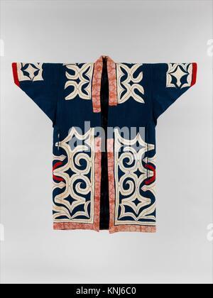 Robe Ainu. Période: période Meiji (1868-1912), Culture: Japon; moyen: coton et laine avec appliqué (kiri-fusible); Dimensions: hors tout: 48 1/4 x 50 1/2