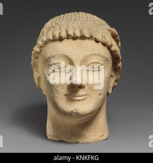 Tête en pierre calcaire d'un homme imberbe votary avec une couronne de rosettes. Période: archaïque; Date: dernier quart du 6e siècle avant J.C; culture; chypriote: