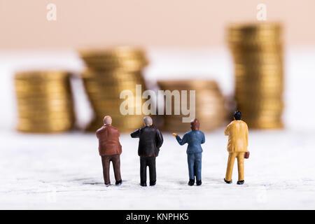 Les gens d'affaires de discuter au sujet de l'argent Banque D'Images