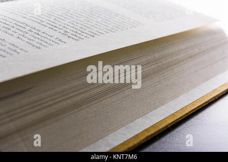 Des pages de livre rachis contraignant linversion de la lecture des