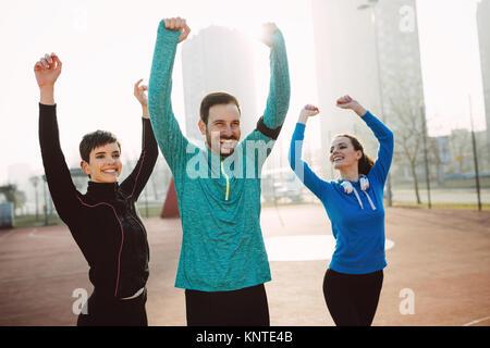Groupe déterminé d'amis satisfaits et heureux après la réalisation Banque D'Images