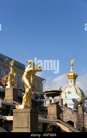 Faun florentin de la statue, la grande cascade, chapelle de l'Ouest (contexte), Peterhof, UNESCO World Heritage Site, Russie