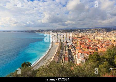 Sur Nice, la plage, le littoral et la ville d'en haut, la Côte d'Azur, d'Azur, France Banque D'Images