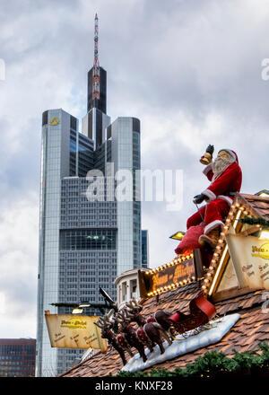 Francfort, Allemagne. Tour de la Commerzbank. La Commerz Bank Building et de décrochage du marché de Noël avec le Père Noël, les rennes et traîneau.