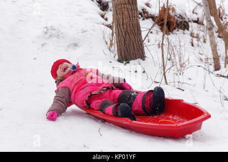 Une petite fille (3 ans) de la luge au Québec Banque D'Images