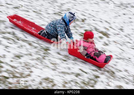 Frère et soeur (5 et 3 ans) de la luge ensemble dans la ville de Québec Banque D'Images