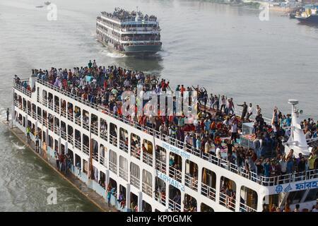 Dhaka, Bangladesh. Desperate Eid-ul- Fitr vacanciers monter le toit de lancer pour atteindre leur destination à Banque D'Images