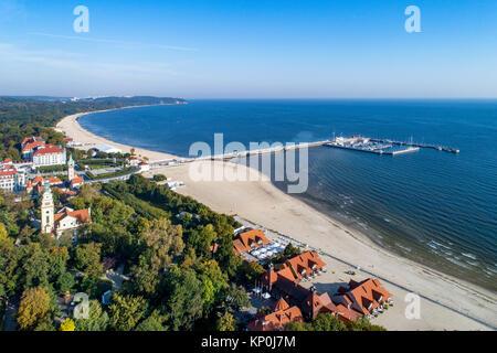 Resort de Sopot en Pologne. Jetée en bois (Molo) avec port de plaisance, yachts, plage, ancien phare, l'église, l'infrastructure, vacances hôtels, parc et la promenade.