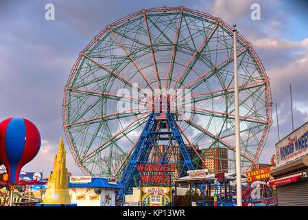 New York City - 10 décembre 2017: Wonder Wheel à Luna Park. Son parc d'attraction de Coney Island a ouvert le 29 Banque D'Images