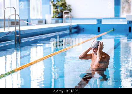 Man d'une piscine intérieure. Banque D'Images