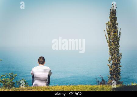 Un homme en contemplant l'océan Banque D'Images
