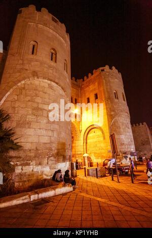 Bab al Futuh ou Porte de conquêtes sur les murs de la ville du Caire islamique Égypte Banque D'Images