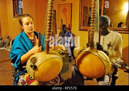 Leçons de kora au restaurant et galerie d'art africain, West Corniche Road, district de Ouakam, Dakar, Sénégal, Banque D'Images