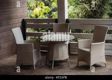 Chaises sur terrasse dans maison de campagne Banque D'Images