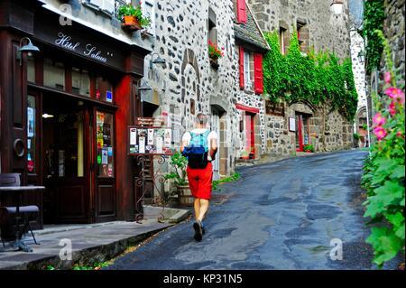 Rue étroite, Salers, Cantal, Auvergne, France.
