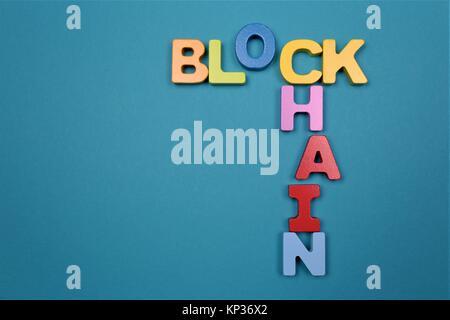 Un concept de droit d'un bloc avec le logo de la chaîne copy space Banque D'Images