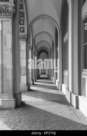 Orientation Portrait d'une rangée d'arches arches à l'extérieur d'un bâtiment création d'un simple motif en noir Banque D'Images