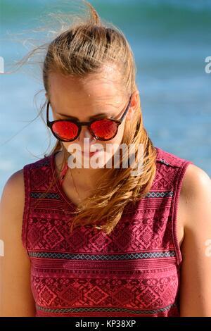 Young woman enjoying locations de marcher sur la plage, ici gratuitement des foules de plage de Porto de Mos, à Banque D'Images