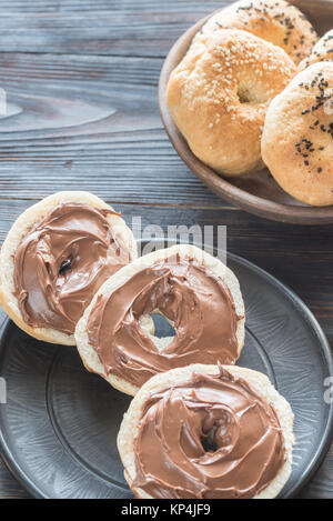 Bagels avec crème au chocolat Banque D'Images