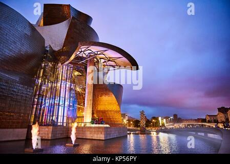 Musée Guggenheim à Bilbao, en soirée, Gascogne, Pays Basque, Espagne, Europe Banque D'Images