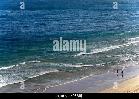 Marcher sur une mer calme Plage de Porto de Mos, à Lagos, Algarve, Portugal, Europe Banque D'Images
