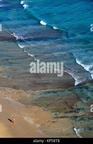 Homme seul marche sur la plage de Porto de Mos, à Lagos, Algarve, Portugal, Europe Banque D'Images