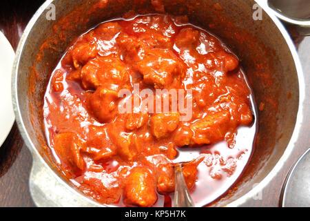 Processus de l'étuvée de goulasch de porc dans une casserole en fonte. Close-up, vue du dessus. Banque D'Images