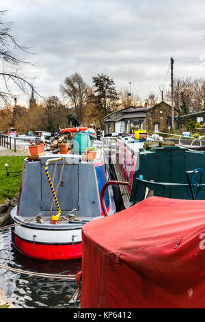 Narrowboats amarré à St Pancras, Regent's Canal, London, UK Banque D'Images